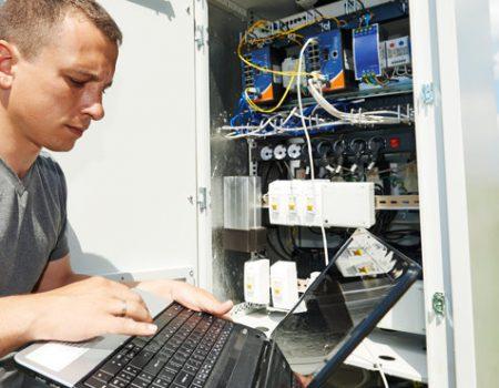 Инженер проводит пусконаладочные работы по очистным сооружениям